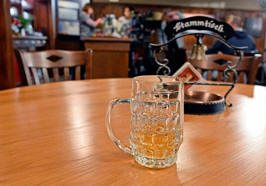 Am Stammtisch wird nicht nur getrunken  | Foto: Winfried Rothermel/dpa