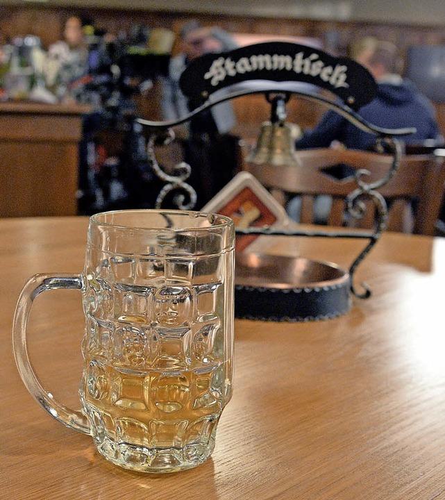 Am Stammtisch wird nicht nur getrunken.   | Foto: dpa/Bernd Eidenmüller