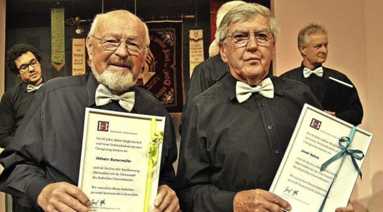 Wilhelm Buttenmüller und Josef Behrle ...atf im Männergesangsverein eine Ehrung  | Foto: Ralph Fautz