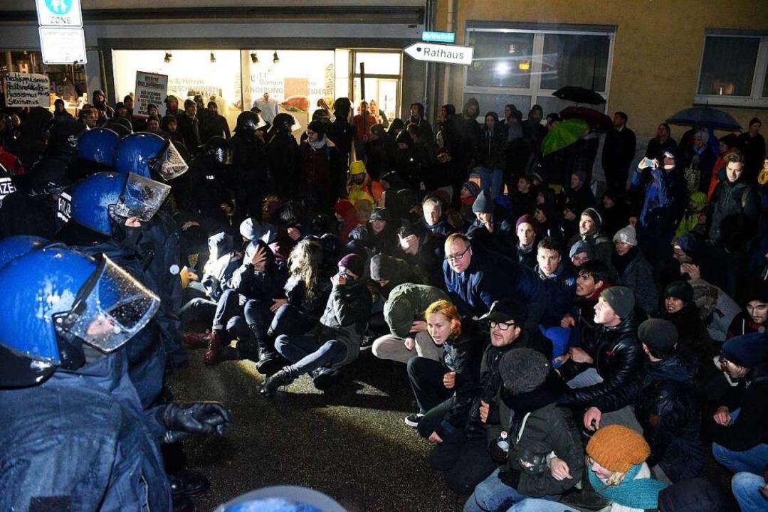 Die Gegendemonstranten versuchten den ...ispielsweise Sitzblockaden zu stoppen.    Foto: Thomas Kunz