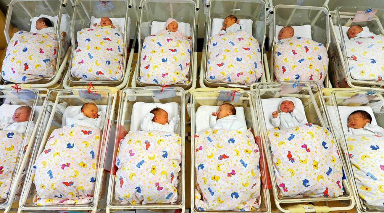 Babys auf einer Neugeborenenstation.   | Foto: dpa