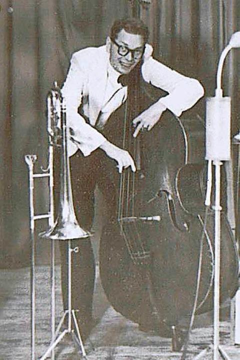 Rainer Krebs am Kontrabass der Kapelle...ig im Lager im U-Bahnhof gespielt hat.    Foto: privat