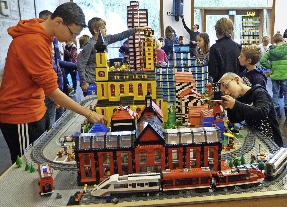 Phantasievolle Gebäude aus Legosteinen...en  Kinder  im Ihringer Gemeindehaus.   | Foto: Christine Weirich