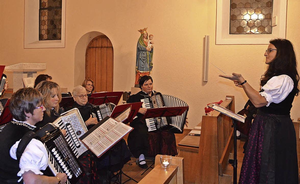 Birgit Kuttruff dirigierte das Akkorde...beim Konzert in der Kirche letztmals.   | Foto: Christiane Sahli