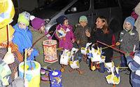 Kinder ziehen singend durch die Dörfer