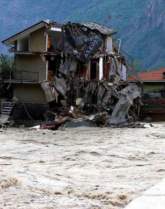 Der Fluss Dora Altea im Aostatal in No... den Unwettern zerstörten Haus vorbei.  | Foto: Carlo_Ferraro