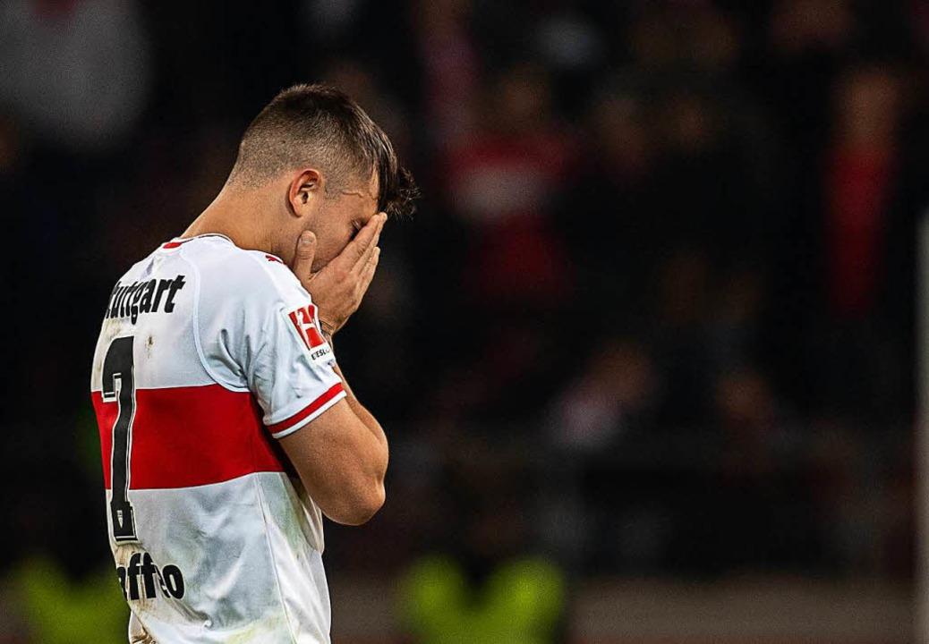 Stuttgarts Pablo Maffeo nach dem Spiel gegen Frankfurt  | Foto: dpa