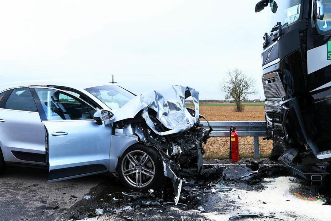 Bei dem Unfall auf der B3 in Höhe Hofweier kam ein Mensch ums Leben.  | Foto: Wolfgang Künstle