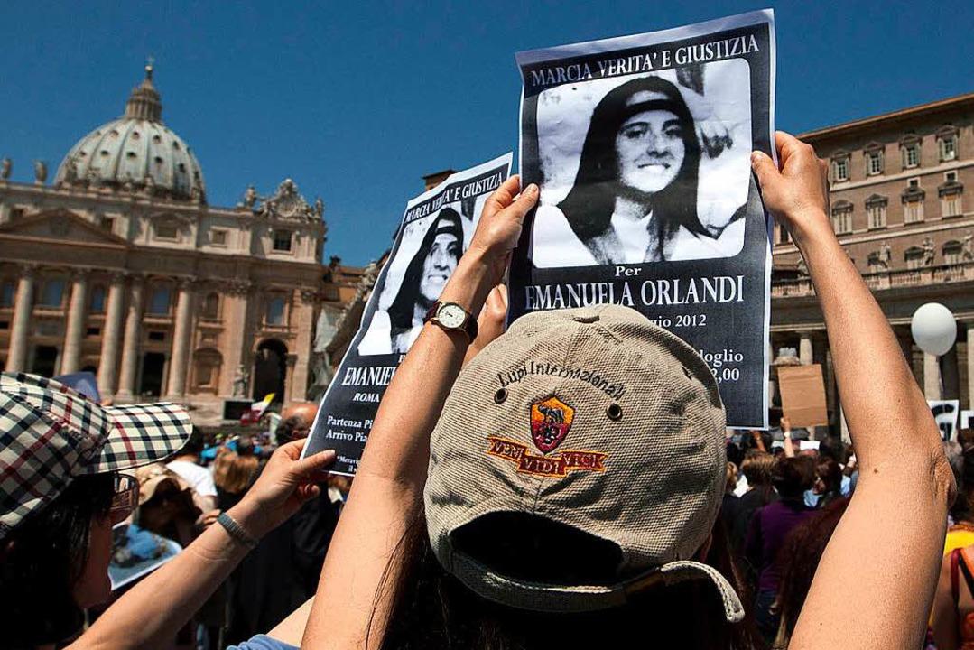 """Demonstranten halten beim """"Marsch...nd Papst Benedikt XVI ein Gebet liest.    Foto: dpa"""