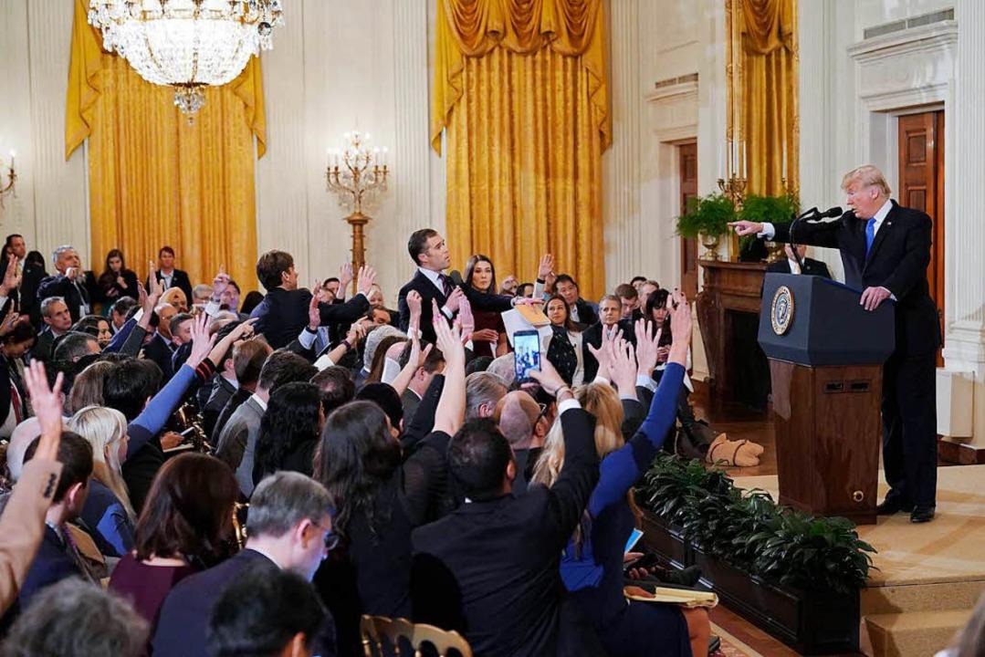 In der Pressekonferenz forderte Trump ...sten mehrfach auf, den Mund zu halten.  | Foto: AFP