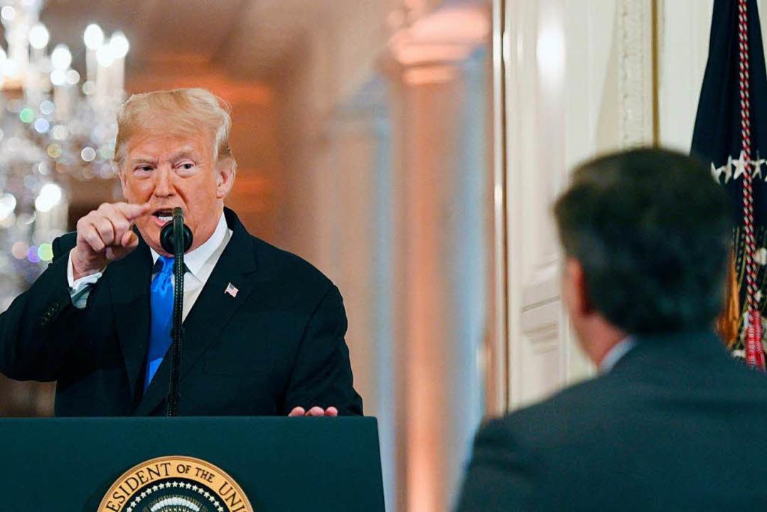 Acosta (rechts im Bild) hatte Fragen z...gestellt, die Trump missfallen hatten.  | Foto: AFP