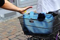 Versuchter Handtaschenraub: Räuber bringt Radlerin zu Fall