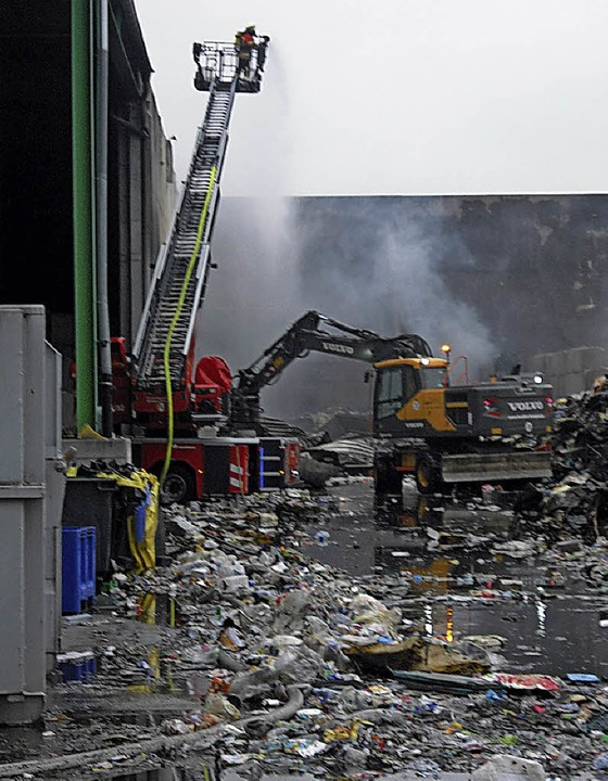Nach dem  Brand bei Recycling Kühl im August blieben Bürgern viele Fragen.    | Foto: Senf