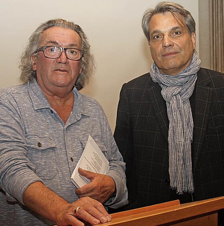 Referent Hans-Jörg Noe (links) und Mod...atzschild an der Hermann-Burte-Straße.  | Foto: Yvonne Siemann
