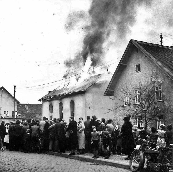 Brennende Synagoge in  Ober-Ramstadt in Hessen.  | Foto: Nimbus
