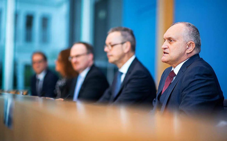 Christoph Schmidt (r), Vorsitzender de...esamtwirtschaftlichen Entwicklung vor.    Foto: dpa