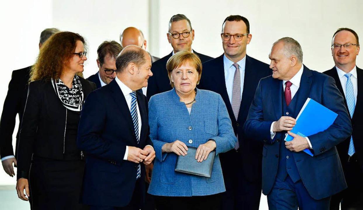 Bundeskanzlerin Merkel mit den Wirtschaftsweisen.    Foto: AFP