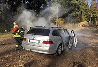 Eingeklemmte Person und brennendes Auto