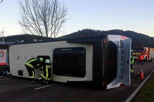 Sperrung bei Gutach aufgehoben – Schulbus mit geplatztem Reifen kollidiert auf der B 294 mit Auto und kippt um