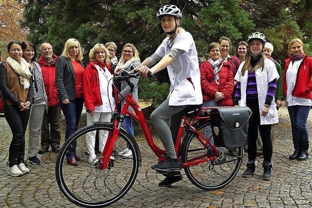 Pflegerinnen fahren mit E-Bike zu Patienten
