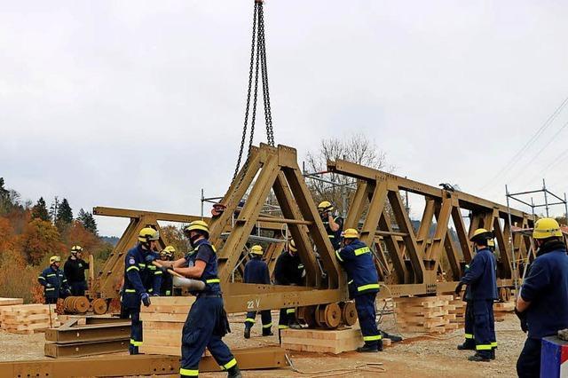 Hilfsbrücke trägt auch Lastwagen