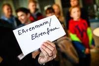 """Wer sagt eigentlich Wörter wie """"Ehrenmann"""" und """"Ehrenfrau""""?"""