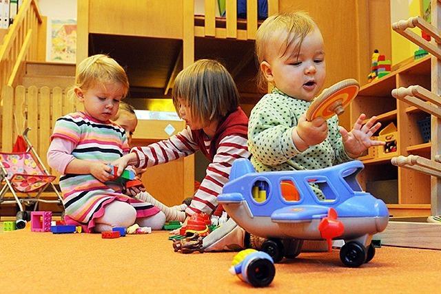 Eltern für längere Betreuungszeiten und alternative Pädagogik
