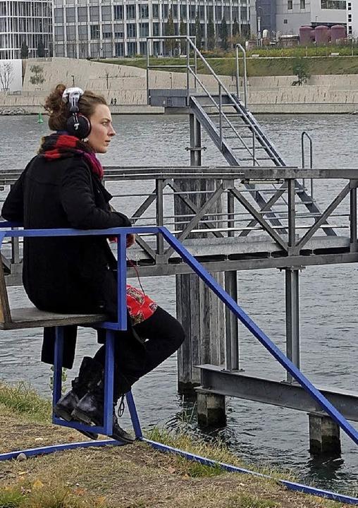 Der Guide führt auch nach draußen an den Rhein.  | Foto: Museum Tinguely
