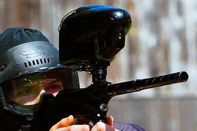 Mann mit Gewehr in der Lörracher Innenstadt unterwegs – einem Spielzeug vom Flohmarkt