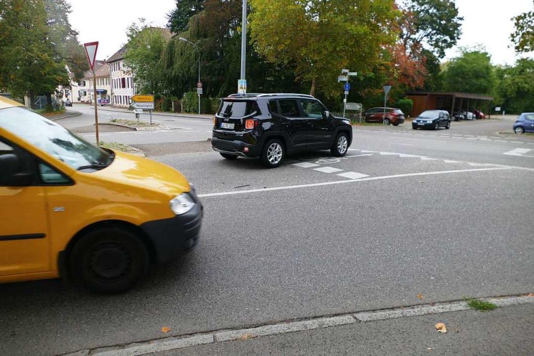Auf allen Seiten der B3 wären Bäume &#...in Eimeldingen realisiert werden soll.  | Foto: Victoria Langelott