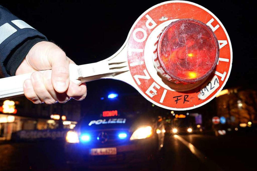 Autofahrer ist mit zwei Promille unter...hterungszelle verbringen (Symbolbild).    Foto: Verwendung weltweit, usage worldwide