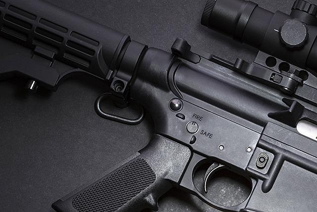 Mann mit Gewehr unterwegs - einem Spielzeug vom Flohmarkt