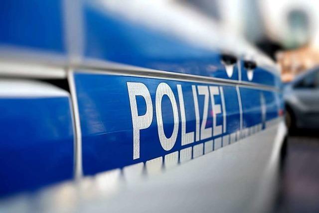 Betrunkene Rollerfahrerin fährt auf geparktes Auto und greift Polizisten an