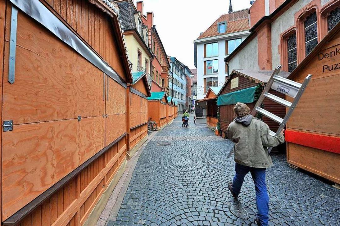 Neue Buden für den Weihnachtsmarkt: Be...kanerstraße wird letzte Hand angelegt.  | Foto: Michael Bamberger