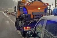 Schnee und Eis bringen auf B 317 Verkehr zum Stillstand