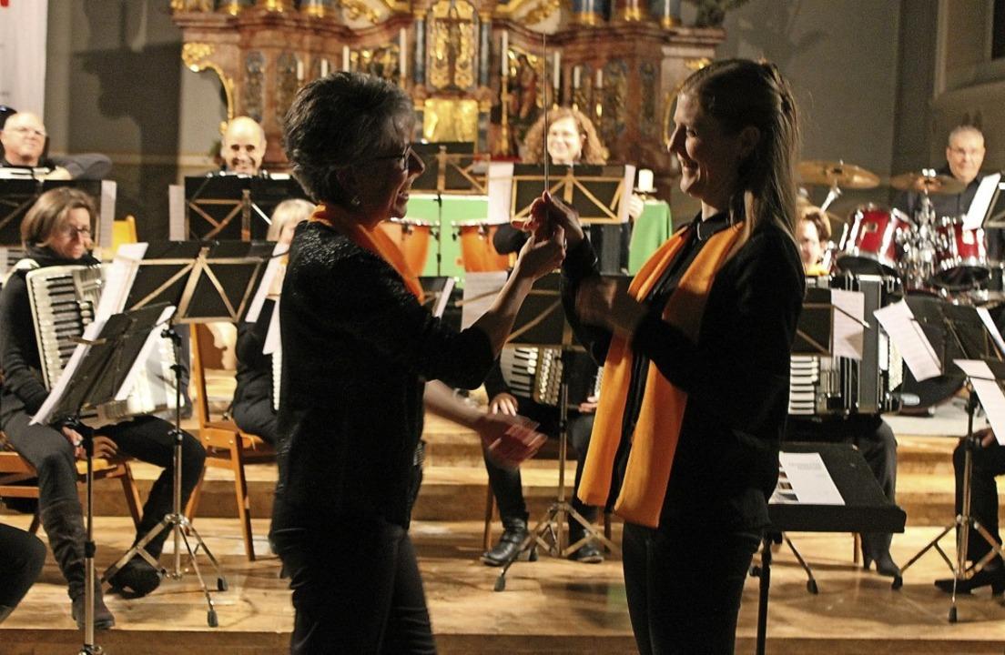 Die Übergabe des Dirigentenstabs von M...inn einer neuen musikalischen Phase.    | Foto: Michelle Güntert