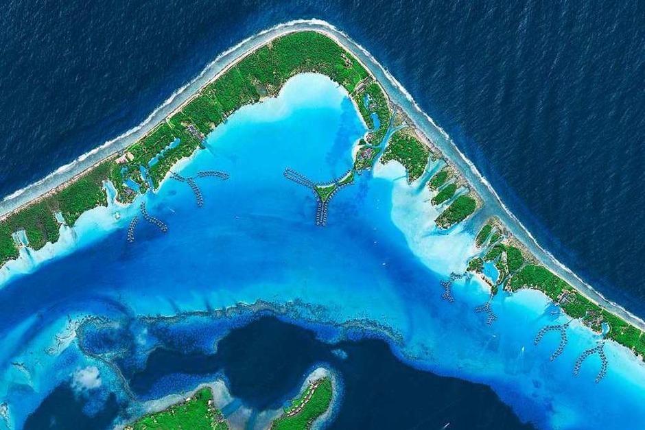 Mit türkisfarbenem Wasser an weißen Sandstränden entspricht Bora Bora dem touristischen Inseltraum. Mit Tahiti gehört die Insel zu den französischen Gesellschaftsinseln. Um sie herum erstreckt sich ein Barriereriff, auf dessen flachen Inseln Hotel- und Bungalowanlagen errichtet wurden. (Foto: © eoVision 2018 © European Space Imaging 2018)