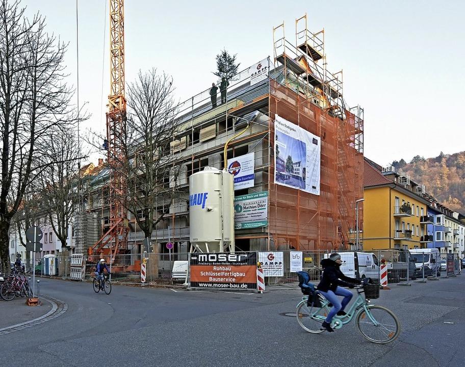 Der Hotelneubau an der Kreuzung Karlst...traße  soll im Juni 2019 fertig sein.   | Foto: Michael Bamberger