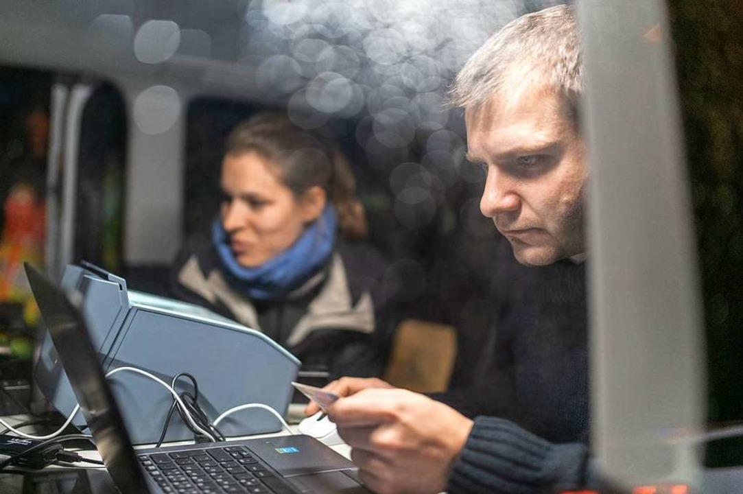 Spezialisten des Landeskriminalamtes u...ontrollaktion Pässe und Führerscheine.  | Foto: dpa