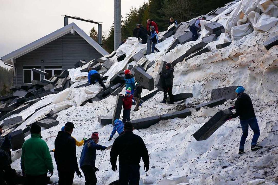 Für das Freilegen des Schneebergs vom ...ele Helfer die Dämmplatten beseitigen.  | Foto: Eva Korinth