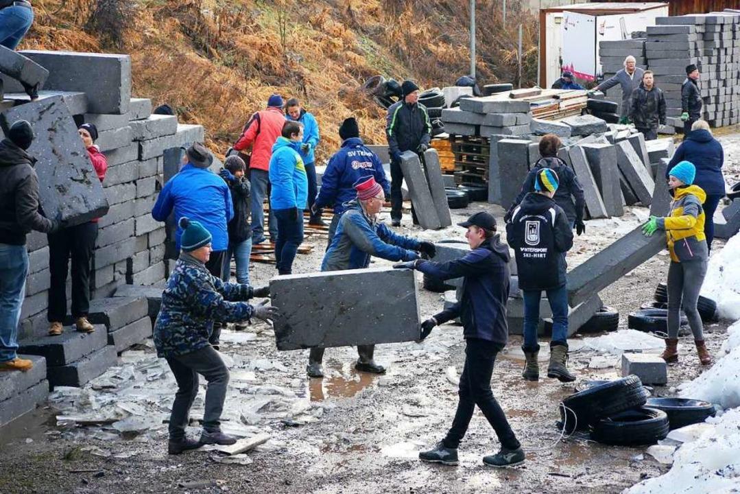 Die Styroporabdeckung des Gletschers wird  gestapelt.  | Foto: Eva Korinth