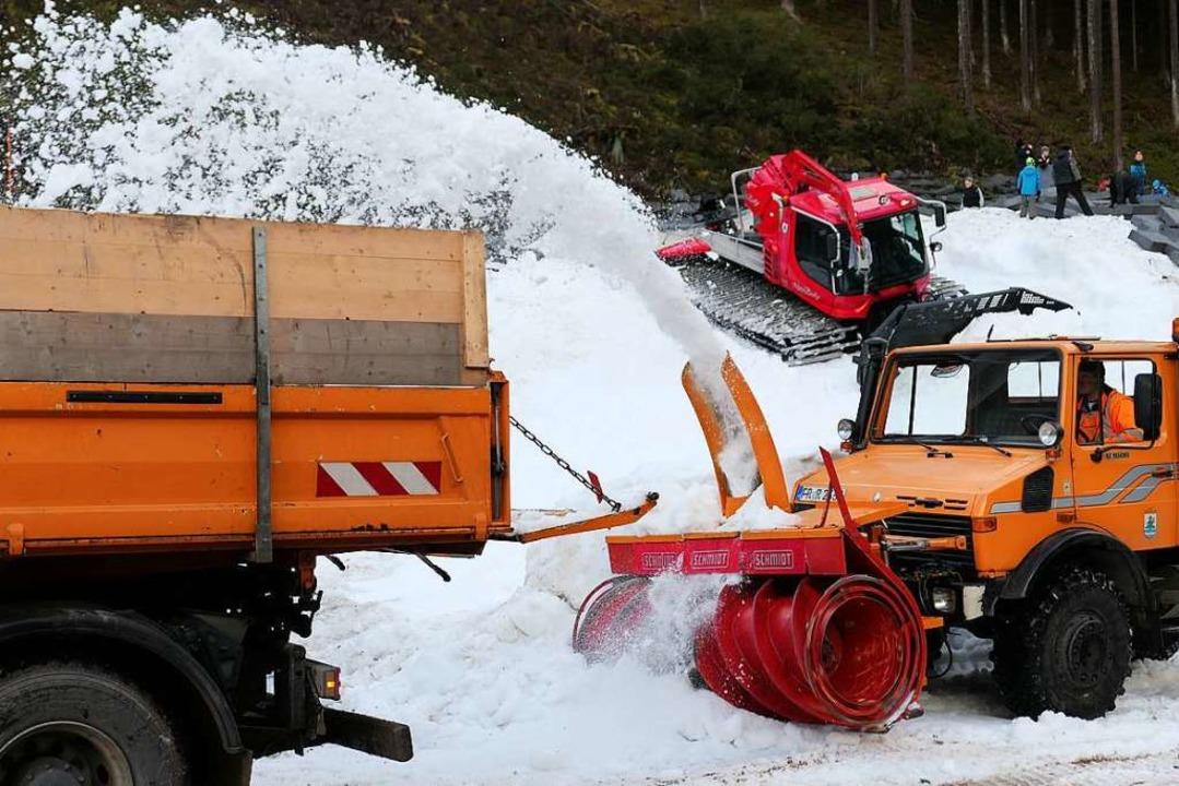 Kaum freigelegt, wurde der Schnee auf den Laster gefräst.  | Foto: Eva Korinth