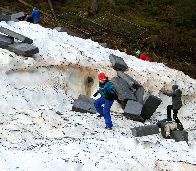 Den Gletscher zu öffnen machte Arbeit, bereitete aber offensichtlich Spaß.  | Foto: Eva Korinth