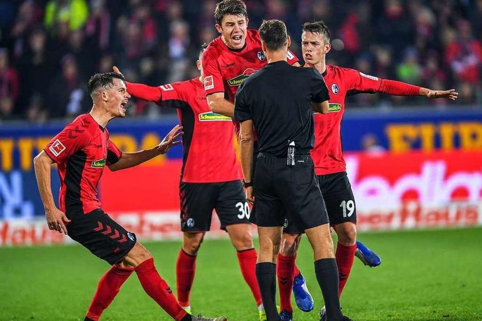 Aufgebrachte Freiburger: Der Sportclub verspielt in der Schlussphase gegen Bremen eine 1:0-Führung und beschwert sich nach dem Abpfiff beim Schiedsrichter Bastian Dankert über einen nicht gegebenen Eckstoß. (Foto: dpa)
