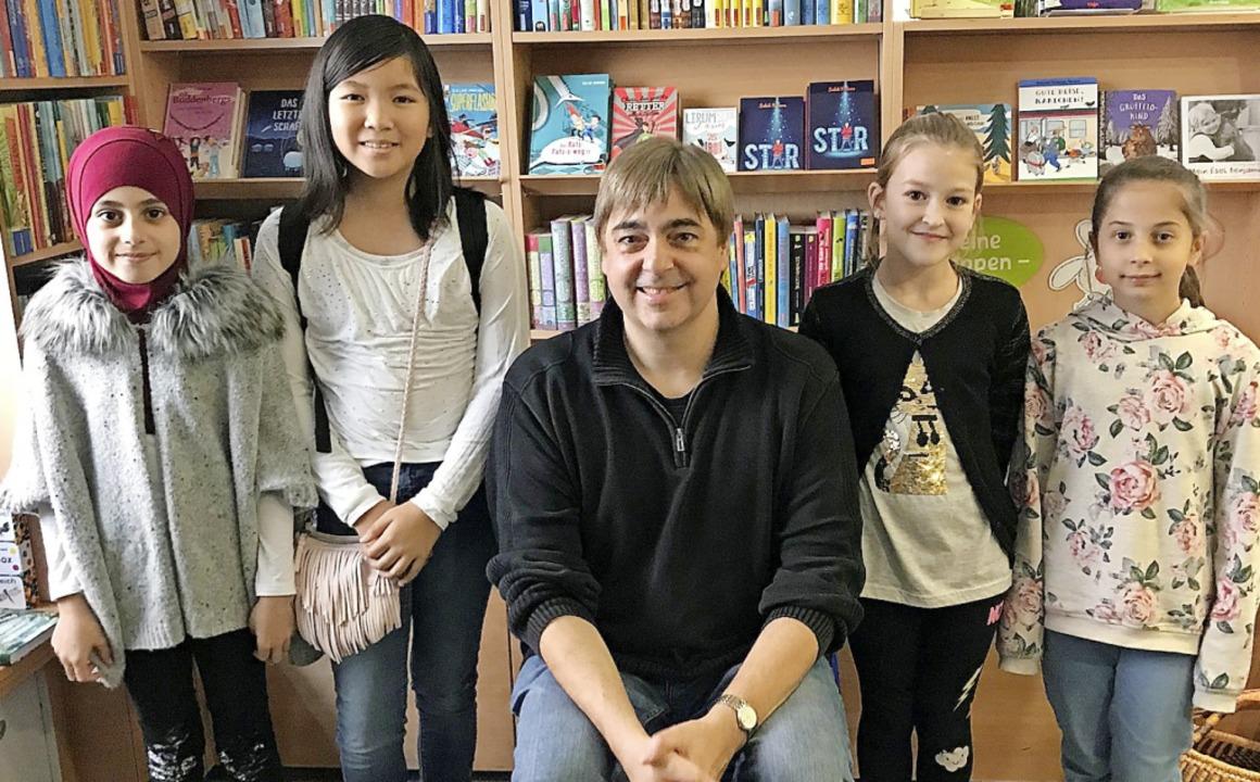 Gruppenbild mit Autor (von links): Zei...Angelika Kessler und  Pannah Niazmand   | Foto: Anne Dietrich