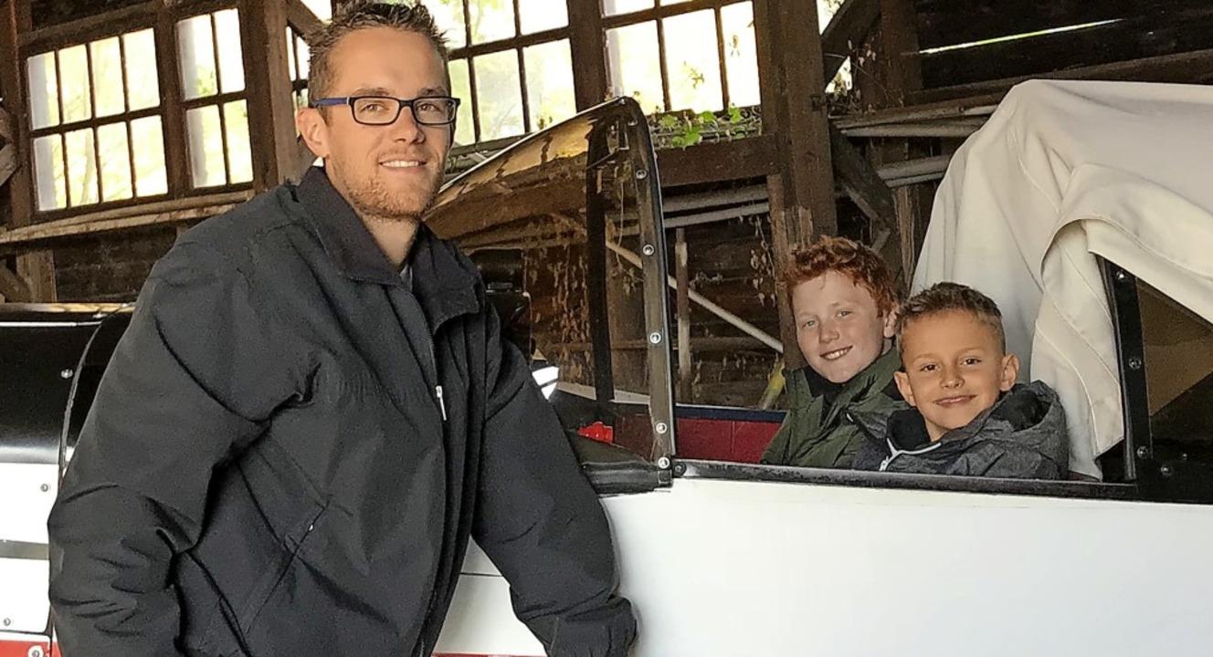 Zisch-Reporter Joel Jennrich und  Max ...chts) mit dem Piloten André Brockhaus   | Foto: privat