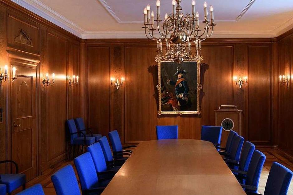 Geschichtsträchtiger Saal in Pullach: Unter den Augen Friedrichs des Großen - der Preußenkönig war ein Vorbild Hitlers sollen angeblich schon mit israelischen Geheimdienstlern  verhandelt worden sein, auch afghanische Taliban seien bereits da gewesen, heißt es. Bestätigt werden solche Details nicht. (Foto: dpa)