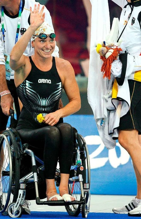 Kirsten Bruhn nach ihrem Sieg bei den ...n Peking 2008 über die 100-Meter Brust  | Foto: dpa