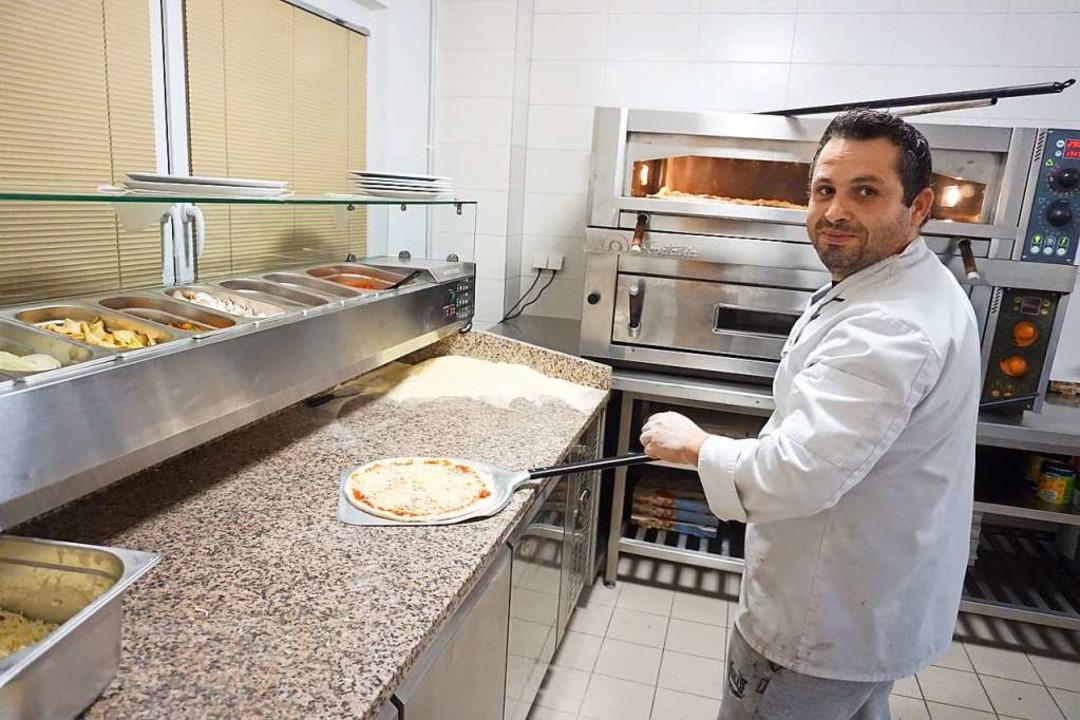 Luis Ramos backt Pizzen in der neuen Pizzeria Il Gusto     Foto: Sackmann