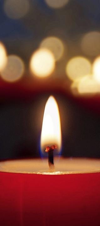 Kerzen zum Gedenken und als Zeichen de...ember auf dem Schurthplatz entzündet.   | Foto: gudrun/adobe.com
